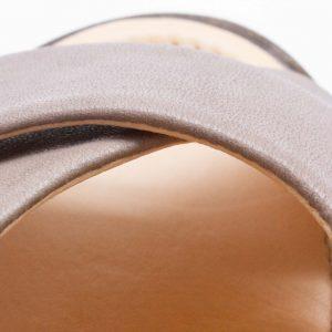 Sandale mit gekreuzten Riemen - Surfinia - stone - Detail Riemen