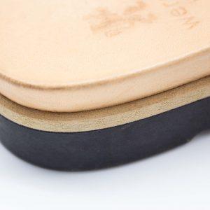 Pantolette mit breitem Riemen - Windrose - Detail Sohle - schwarz