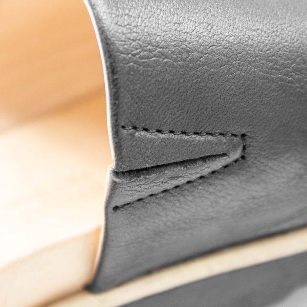 Pantolette mit breitem Riemen - Windrose - Detail Gummiband - schwarz