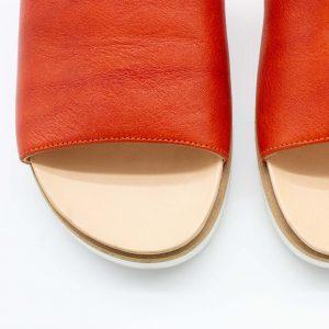 Pantolette mit breitem Riemen - Windrose - Detail Form - rostrot