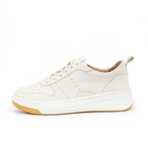 weißer Sneaker mit markanter Sohle